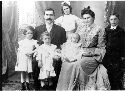 Sherman Coon, his wife Lillian Mott Coon and their children c.1895
