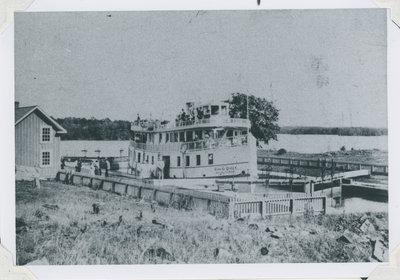 Lockhouse and Rideau Queen in Newboro